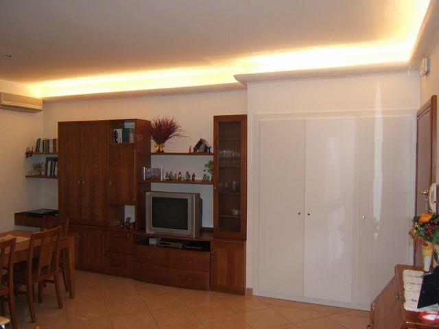 Mobile per sala in legno a Milano