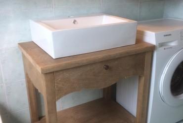 Mobile per bagno in legno di frassino.