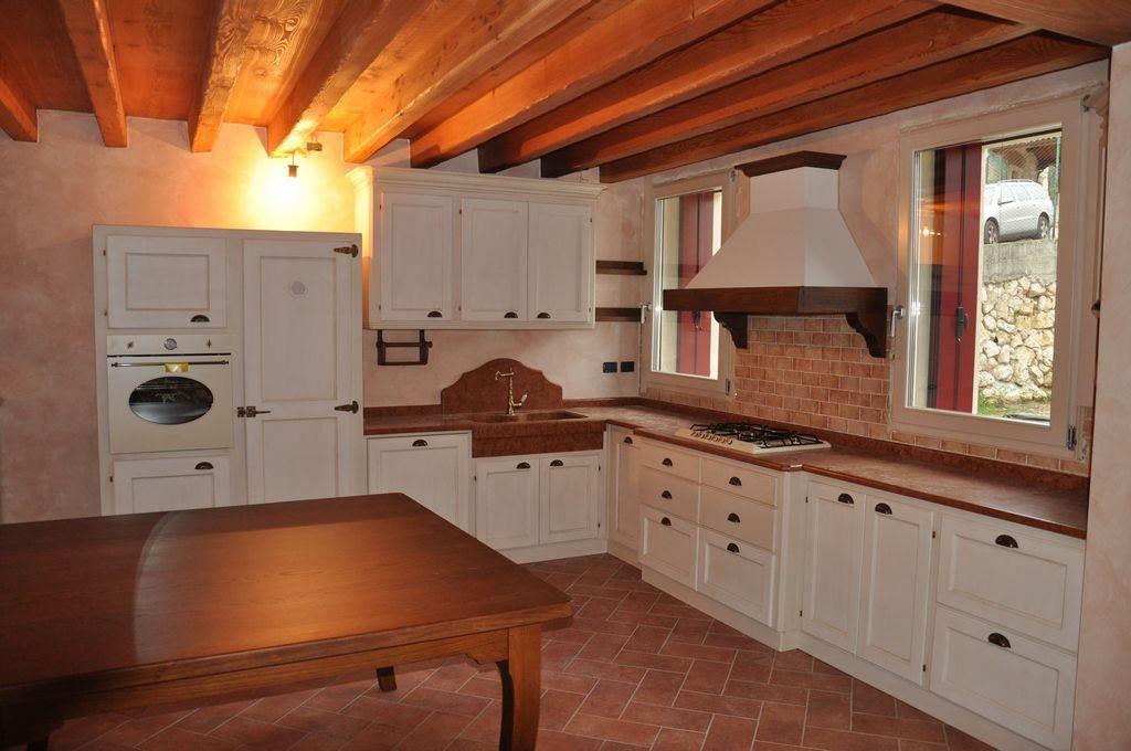 Cucina country in legno laccato a Verona