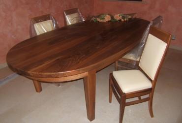 Tavoli in legno di noce.