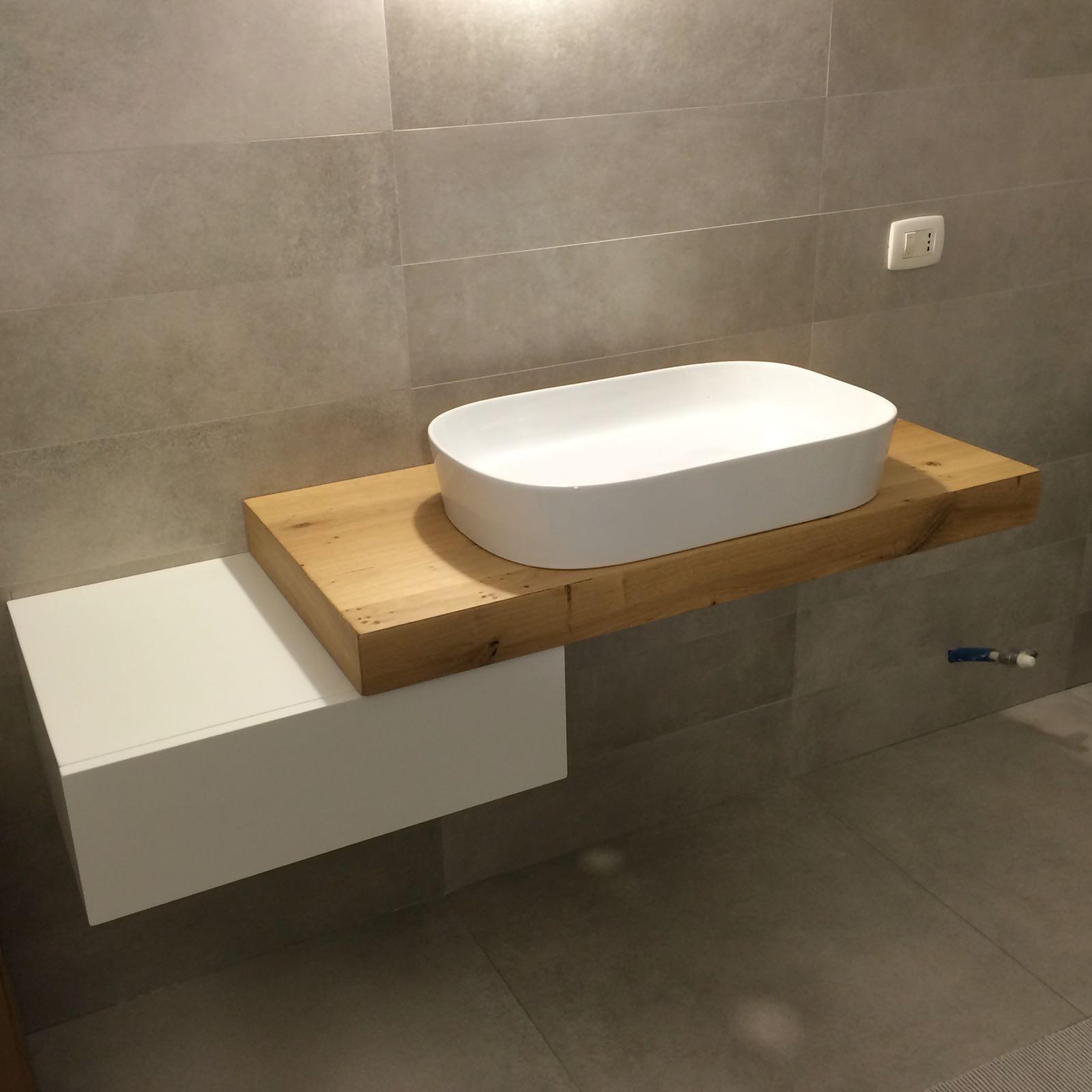 Mobile per bagno in legno a Savona.