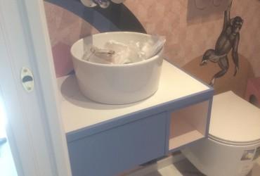 Mobile per bagno sospeso.