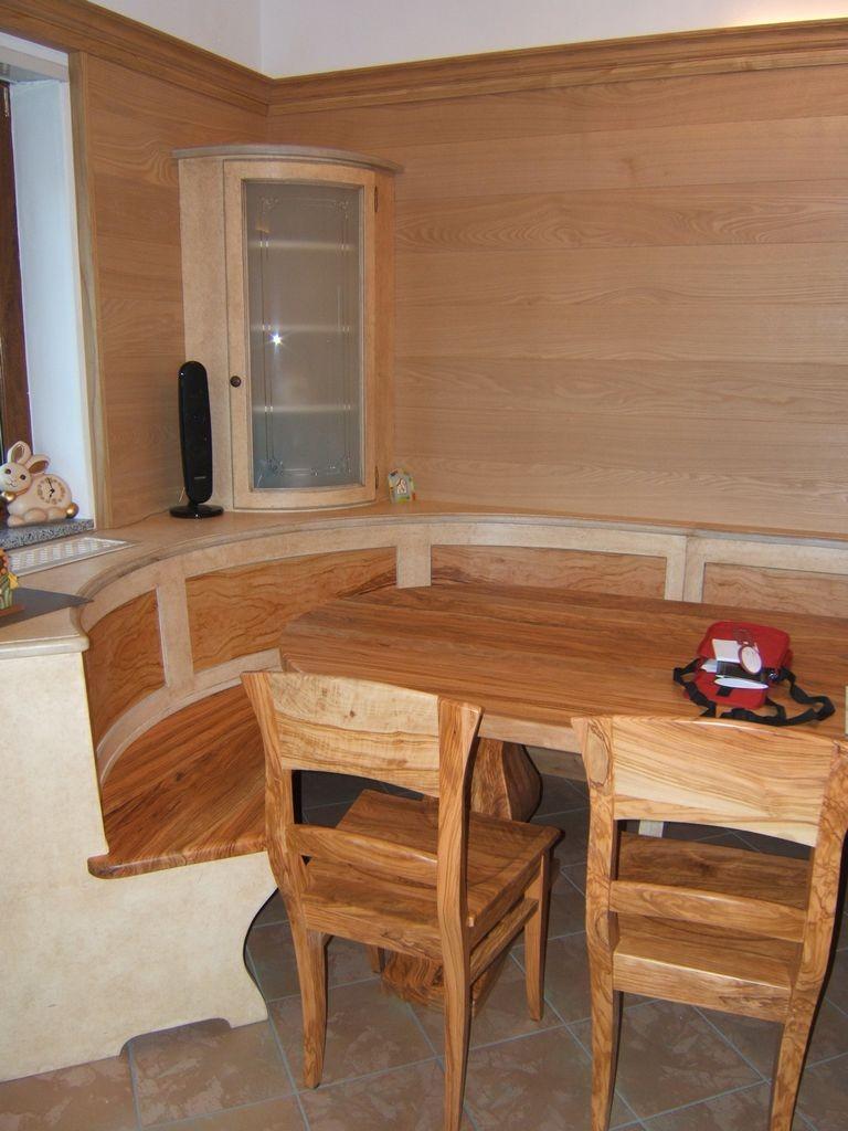 Tavoli in legno di ulivo.