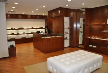 Arredamento in legno per negozio di scarpe a Milano