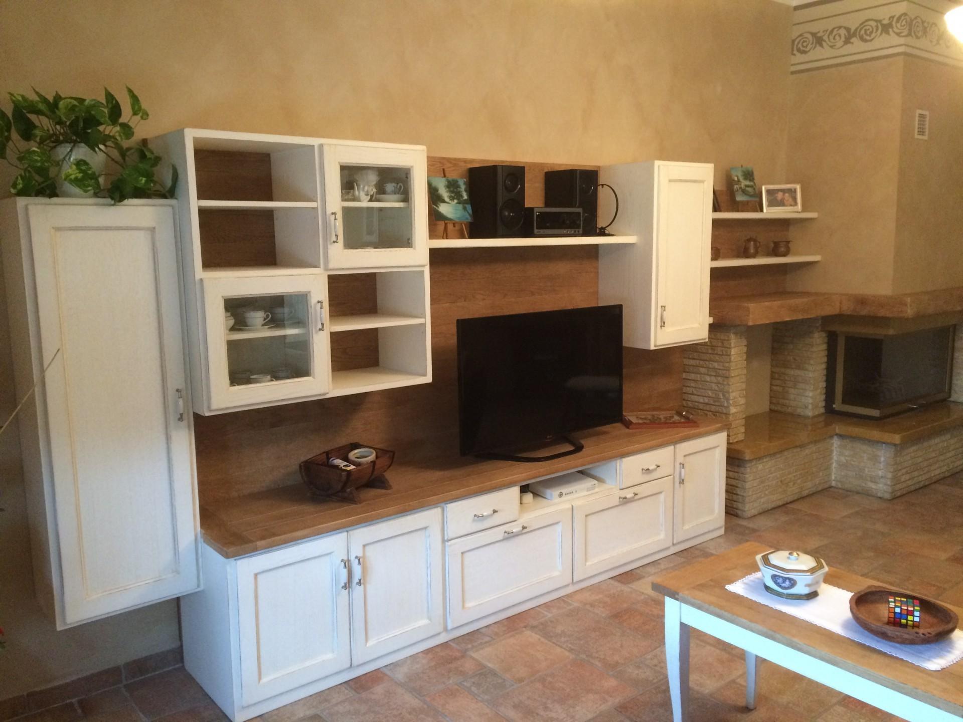 Mobile tv in legno a Verona