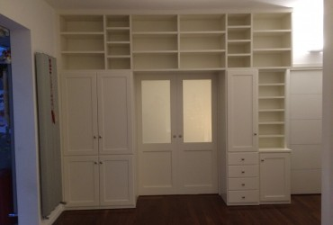 Libreria separè in legno laccato.
