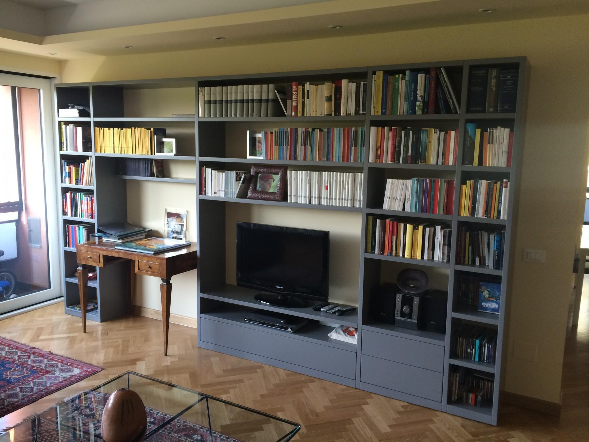 Libreria laccata in legno laccata grigia