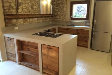 Cucina moderna in muratura.