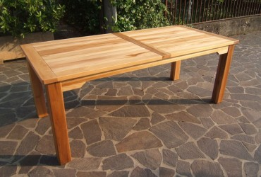 Tavoli in legno di olmo.